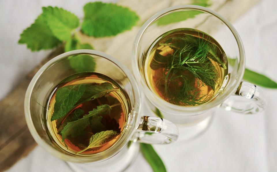 W jakich naczyniach podaje się herbatę?