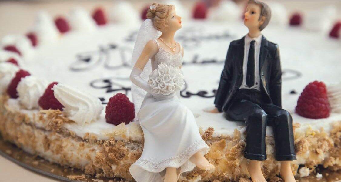 Typowe i nietypowe dekoracje na torcie ślubnym
